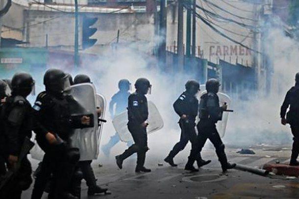 Ish-ushtarakët djegin makinat e deputetëve në Guatemalë /