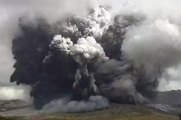 E pabesueshme/ Shikoni momentin kur shpërthen vullkani nga mali i