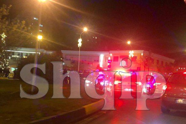 FOTO/ Çmenduri në Tiranë, shoferi futet kundravajtje, ja si