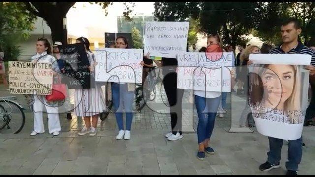 Vrasja me bukë në gojë e Sabrinës/ Protestë në