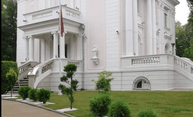 Sulmohet ambasada shqiptare në Serbi
