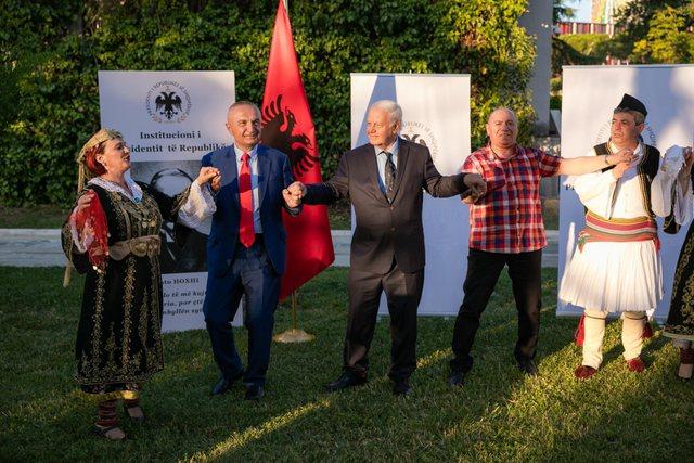 Meta hedh vallen e Lunxhërisë, dekoron mësuesin Koto Hoxhi