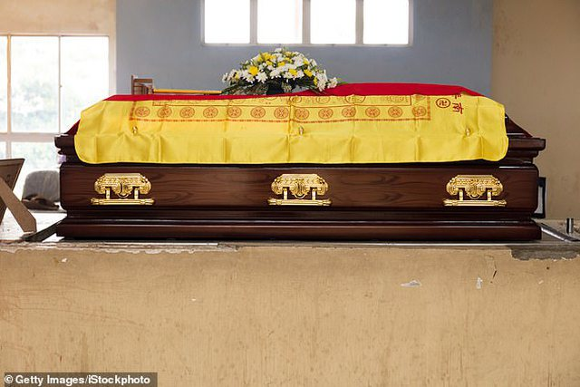 Familjarët i bënë ceremoninë mortore, burri kthehet pas dy