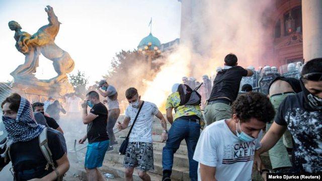 Pas protestave, Qeveria serbe zmbrapset nga vendosja e shtetrrethimit