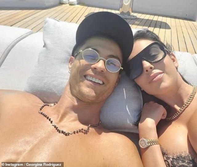 Ronaldo shijon rrezet e diellit, e dashura seksi bën të