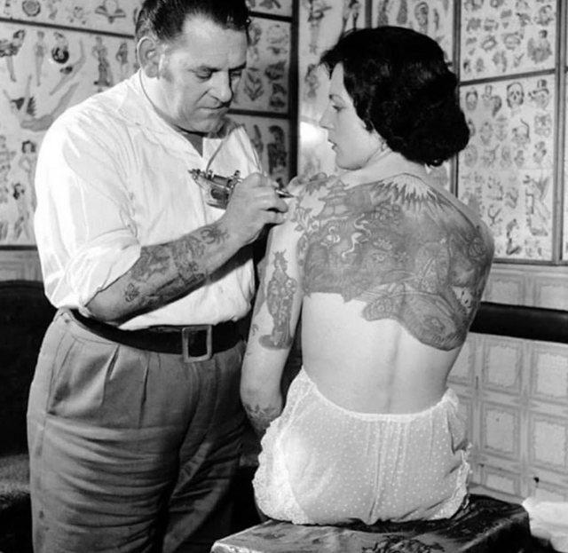 Pamje të pabesueshme/ Si bëheshin tatuazhet në vitet '30