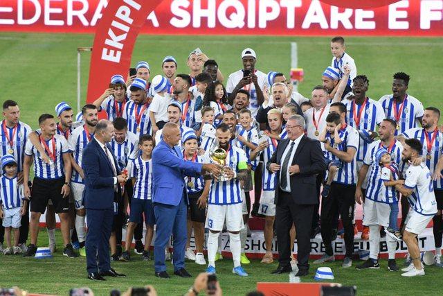 FOTO/ Merr fund pritja, Tirana ngre trofeun e kampionit pas 11 vitesh
