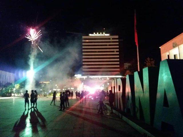 Foto/ Tifozët e Tironës pushtojnë sheshin, parulla e
