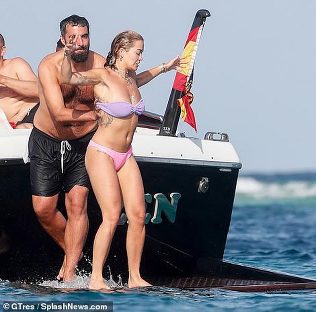 Nuk përmbahet Rita Ora, heq bikinit para miqve dhe paparacëve (FOTO)