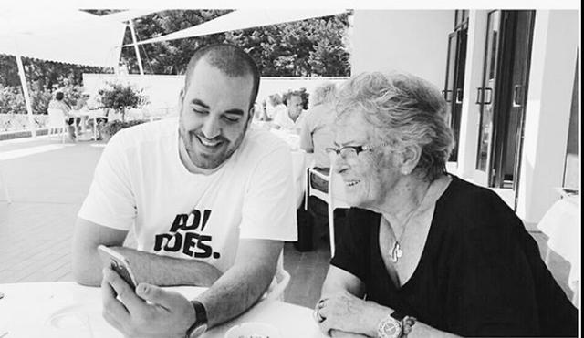 Me foton bardhezi, Greg Rama kujton këshillat e gjyshes