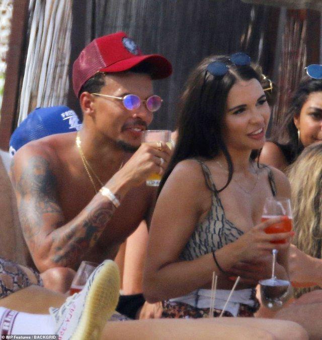 Birra dhe festë në Ibiza, yjet e futbollit nuk pyesin për Covid