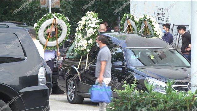 VIDEO/ Me kurora lulesh, përcillet për në banesën e fundit