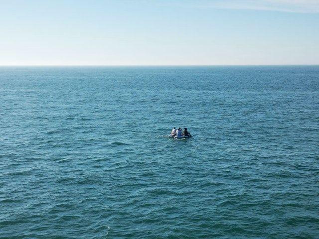 Kërkonin të shkonin në Angli ilegalisht, ndalohet varka me 5