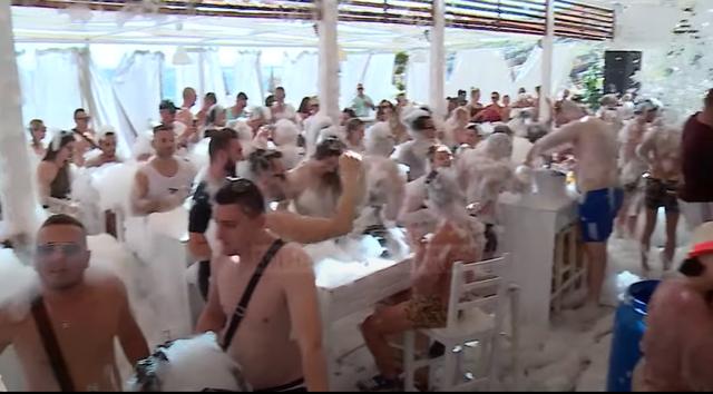 Tërbohet rinia shqiptare, alkool dhe 'shkuma party' (FOTO)