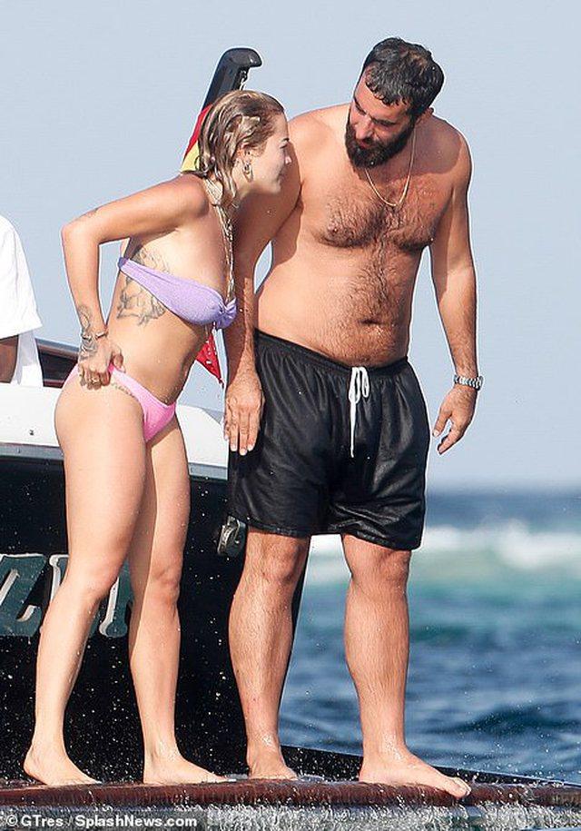 Rita Ora nuk njeh limite, heq reçipetat dhe publikon fotot në