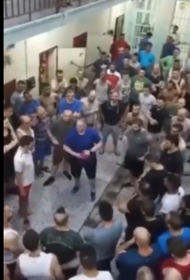 VIDEO/ Shqiptari me flamurin kuqezi vë në rresht të burgosurit,
