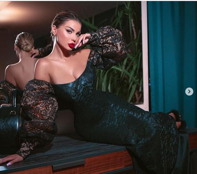 Me fustan të ngjitur pas trupi, Luana Vjollca mahnit me fotot e fundit