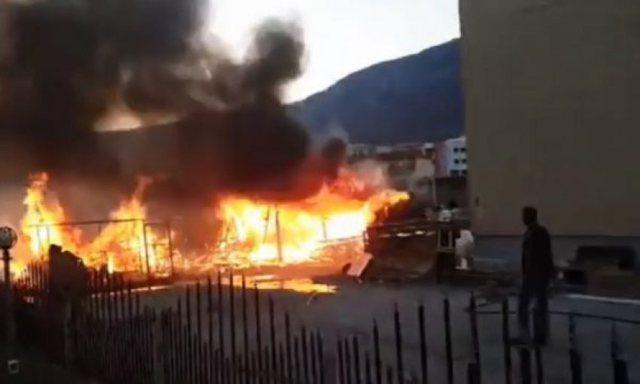 Zjarr i madh, merr flakë pika e grumbullimit të makinave në