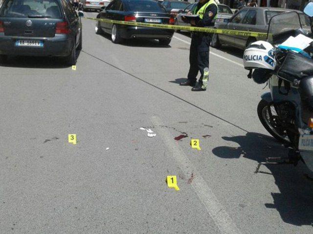 Aksident tragjik, makina përplas për vdekje kalimtarin, plagoset