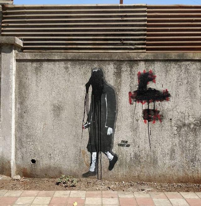 """Artisti misterioz """"luftë"""" kundër politikanëve dhe"""
