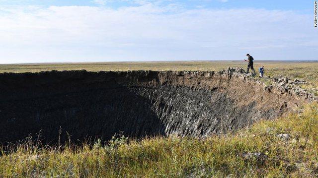 Foto/ Siberi, shfaqet një gropë misterioze gjigande
