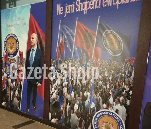 (Foto) Mashtrimi qesharak/ Berisha nxjerr një demokrat duke grisur