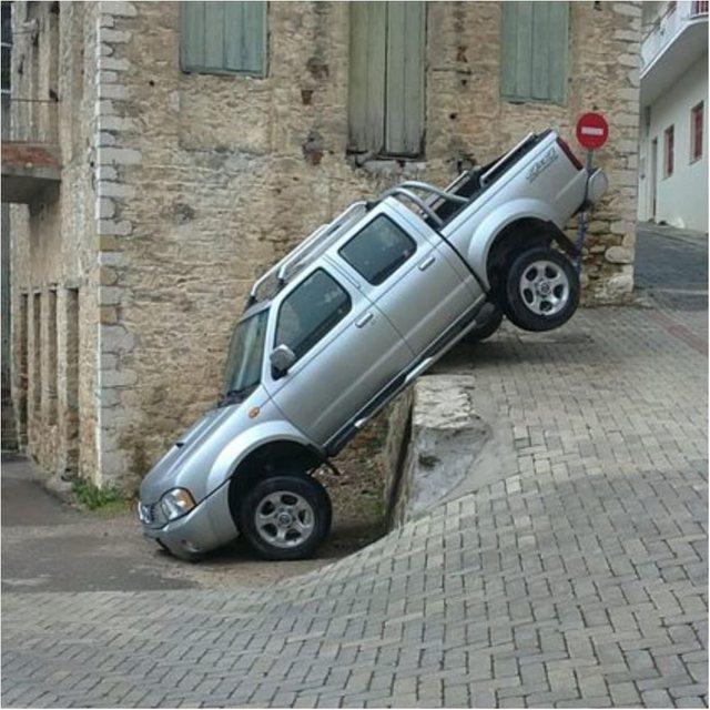 Kur shoferët nuk dinë të parkojnë makinën (FOTO)
