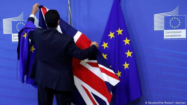 Negociatat për Brexit tronditën taktikat britanike