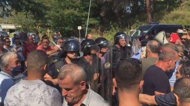 Protesta e naftëtarëve/ Tensionohet situata, mbërrin FNSH, hidhet