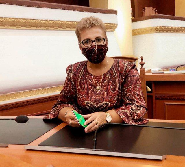 Modë në kohë pandemie/ Deputetja e PS-së kombinon fustanet
