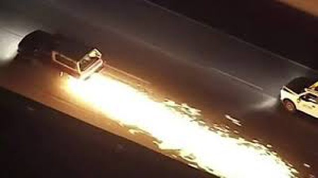 Video e pabesueshme/ Makina lëshon shkëndija në autostradë,