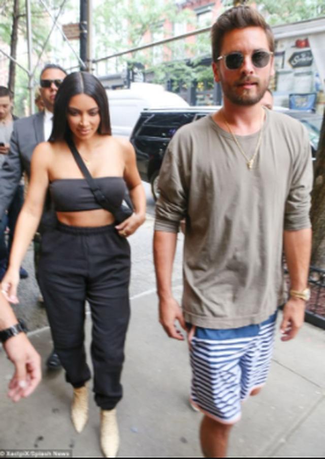Kim Kardashian ngacmon fansat, poston foton me ish-partnerin e motrës