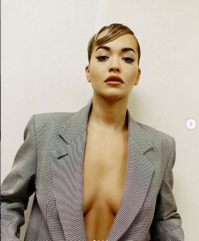 Elegante dhe joshëse, Rita Ora shfaqet e veshur vetëm me një...