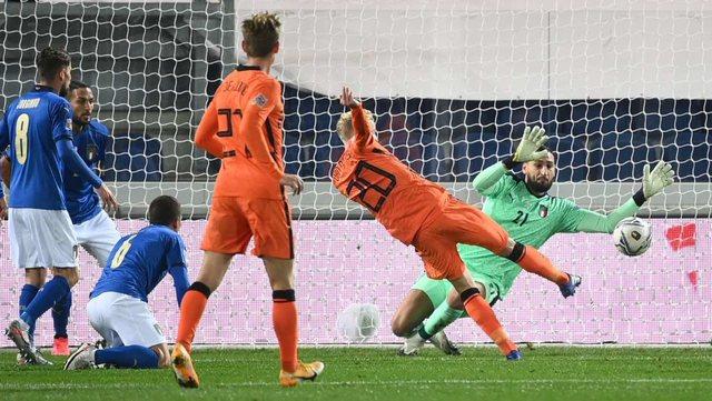 Italia 'ngec' me Holandën dhe humb kreun, Franca mposht