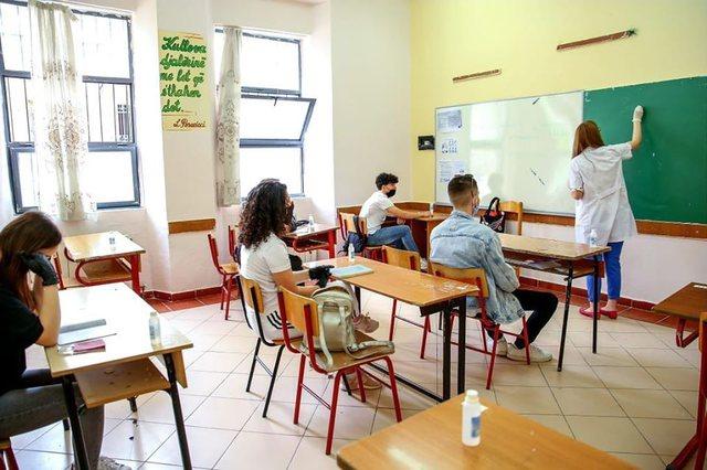 Drejtuesit e shkollave ankohen: Punojmë pa orare dhe paguhemi më pak