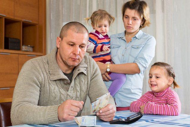 Familjet e varfra në Shqipëri shpenzojnë më shumë