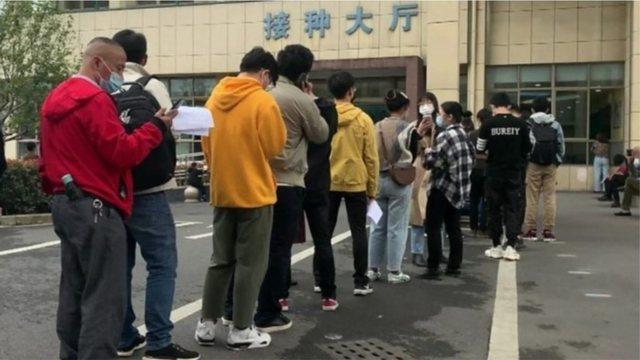 Kinezët në radhë para spitalit për të bërë