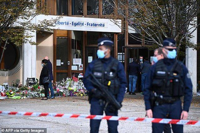 Theren me thikë dy gra myslimane në mes të Parisit (Foto)