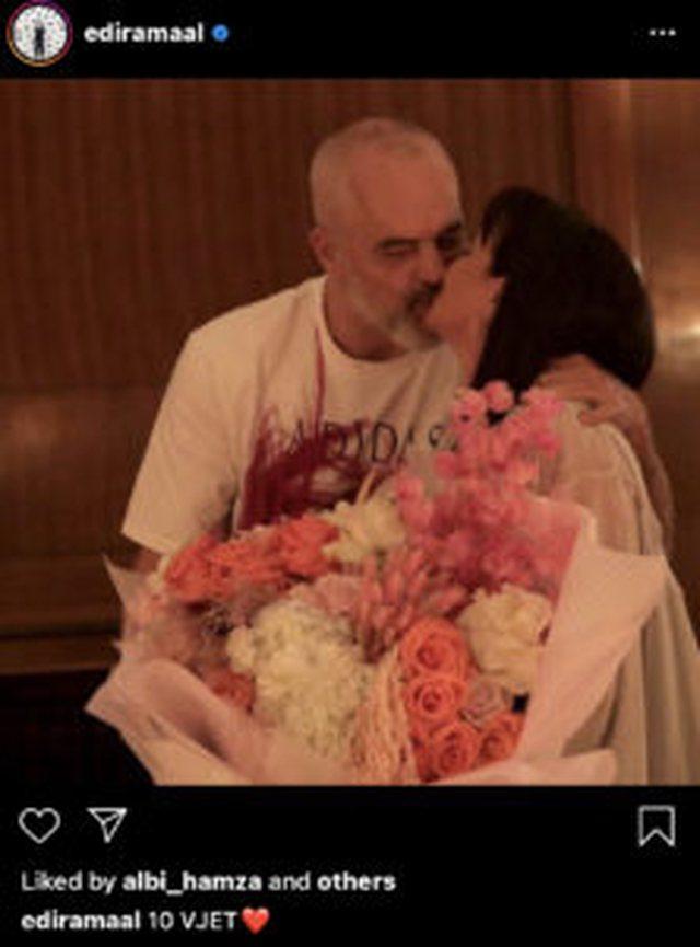 """""""10 vjet"""", kryeministri Rama nxjerr foto duke u puthur me Lindën"""