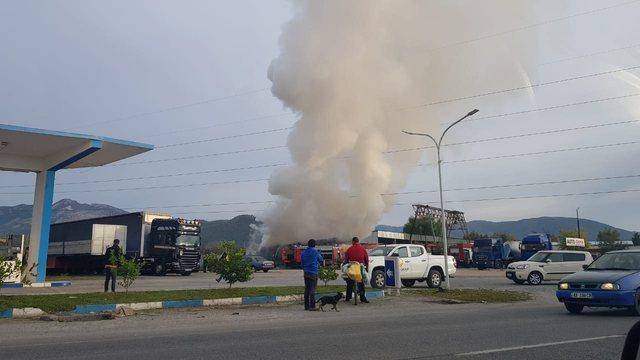 FOTO/ Tym dhe flakë në Elbasan, përfshihet nga zjarri një