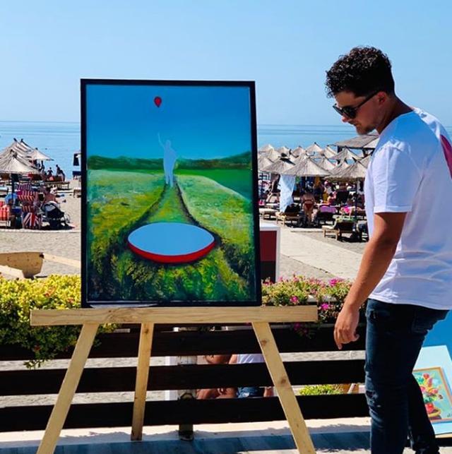 Amarildo Ruçi, artisti i talentuar që pikturon me gishta (FOTO)