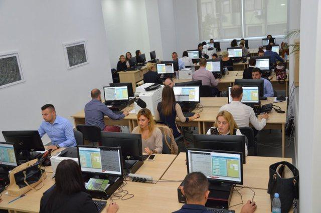 Vendimi/ Punë online, por qeveria ia zgjat orarin punonjësve të