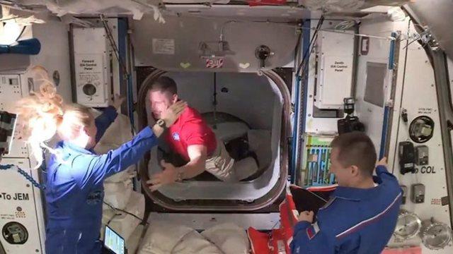 Astronautët e NASA-s me kapsulën SpaceX mbërrijnë në