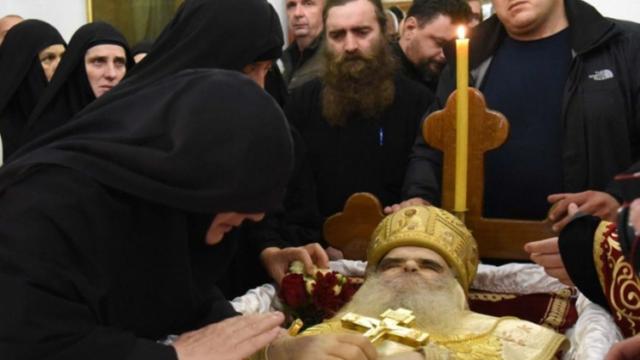 FOTO/ Serbët marrin vendimin: A do ta puthin trupin e vdekur të