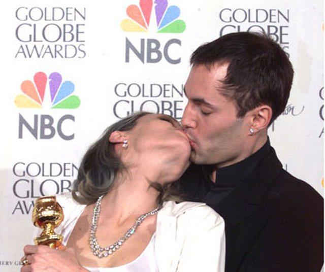Dalin FOTOT tronditëse/ Angelina Jolie duke u puthur me të
