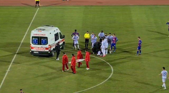 Momente ankthi në ndeshjen Vllaznia-Tirana/ Lojtari bie me kokë