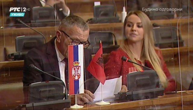 Daçiç ndizet nga flamuri kuqezi: Kamberi e shqiptarët duan