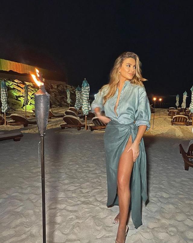 """Me fustanin """"hot"""", 27-vjeçarja shfaqet super seksi në"""