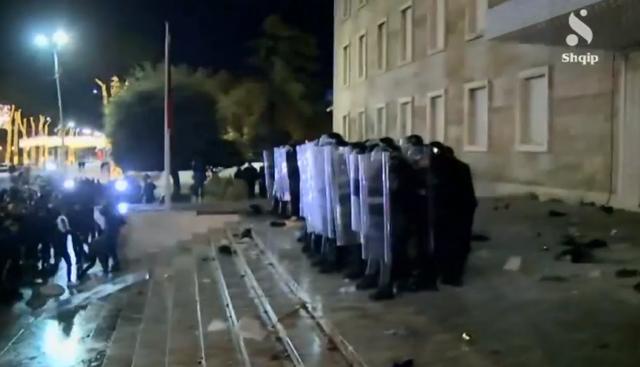 FOTO/ Rëndohet situata, Policët kordon para derës së