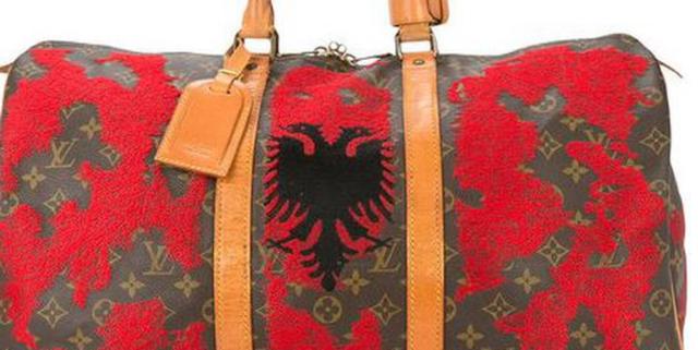 """""""Louis Vuitton"""" nxjerr në shitje çantën me flamurin"""